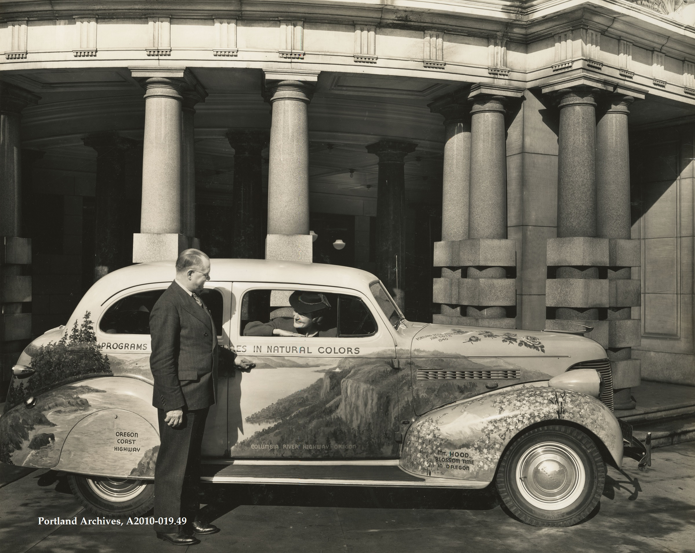 1939-oct-28_mayor-inspecting-auto-advertising-oregon-1939_a2010-019-49